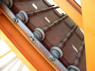 エプロンコンベアの部品の多くを自社製作。