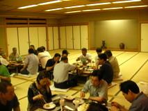 懇親会は大皿料理と寿司でした。今回は泊まりじゃないので皆お酒が飲めない。